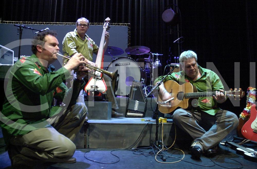 EMMEN<br /> Theatergroep Sonnevanck uit Enschede,<br /> Muzikanten van Ocobar en actrice en acteur na de voorstelling in Theater De Muzeval in Emmen,<br /> Foto v.l.n.r. Rob Wijtman,  Bart Wijtman en Cok van Vuren,<br /> <br /> Editie: UIT<br /> <br /> fotografie frank uijlenbroek&copy;2006 michiel van de velde<br /> TT20060217