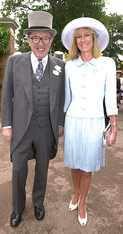 SIR DAVID & LADY CARINA FROST at Royal Ascot <br /> on 20th June 2000.OFN 8<br /> © Desmond O'Neill Features:- 020 8971 9600<br />    10 Victoria Mews, London.  SW18 3PY <br /> www.donfeatures.com   photos@donfeatures.com<br /> MINIMUM REPRODUCTION FEE AS AGREED.<br /> PHOTOGRAPH BY DOMINIC O'NEILL