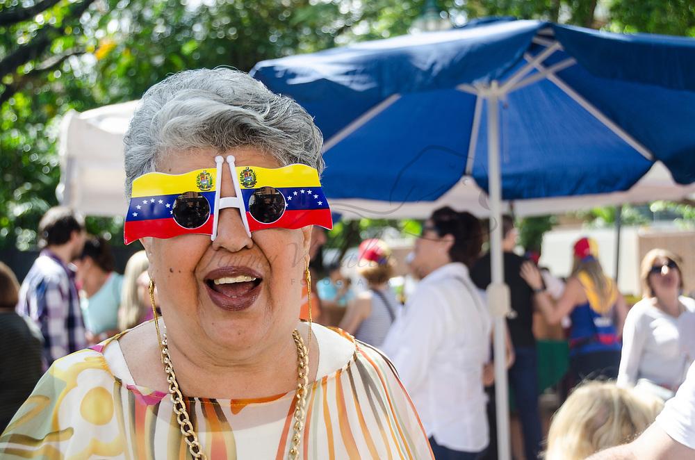 Una señora feliz muestra sus lentes con la bandera de Venezuela. Millones de venezolanos participaron en una consulta popular (plebiscito) este 16 de julio convocada por la Mesa de la Unidad (MUD) establecida en el artículo 70 de la Constitución, que busca el pronunciamiento ciudadano sobre la Asamblea Nacional Constituyente (ANC) La Fuerza Armada Nacional Bolivariana (FANB), así como la Renovación de poderes públicos, ante el proceso constituyente emprendido por el Ejecutivo Nacional sin referéndum previo aprobado por la población venezolana. Caracas, 16 de julio de 2017. A happy lady shows her glasses with the flag of Venezuela. Millions of Venezuelans participated in a popular consultation (plebiscite) this July 16. Convened by the Bureau of the Unit (MUD) as established in Article 70 of the Constitution, which seeks the citizen pronouncement on the National Constituent Assembly (ANC), the role of the Bolivarian National Armed Forces (FANB), as well as Renewal of public powers, in front of the constituent process undertaken by the National Executive without prior referendum approved by the Venezuelan population. Caracas, July, 16, 2017