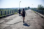 Août 2011. Abkhazie. Le pont de la rivière Inguri, frontière entre l'Abkhazie et la Géorgie. De nombreux géorgiens font régulièrement l'aller/retour, mais c'est une situation très compliquée pour eux car ils subissent des entraves régulières. Pays indépendant non reconnu par la communauté internationale.