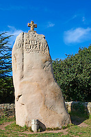 France, Bretagne, Côtes-d'armor (22), Côte de Granit Rose, Pleumeur-Bodou, menhir de Saint-Duzec, gravé lors de sa christianisation au XVII e siècle // France, Brittany, Cotes d'Armor (22), Pleumeur Bodu, Saint Duzec standing stone (menhir)