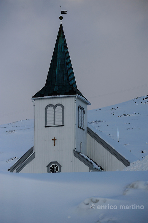 Honningsvåg, the church is the only building that survived to the fire after German army on retreat burned the village on 1944. Honningsvag, at 70° 58' North in Nordkapp municipality claims to be the northernmost city in Norway and even in the world, although the title is disputed by Hammerfest, Norway; Barrow, Alaska and Longyearbyen, Svalbard. Legislation effective from 1997 states that a Norwegian city must have 5,000 inhabitants, but Honningsvåg with its population of 2367 was declared a city in 1996, thus exempt from this legislation. It is situated at a bay on the southern side of Magerøya island, while the famous North Cape and its visitors center is on the northern side.