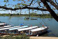 Vietnam. Hué. Bateaux pour touristes sur la rivière des Parfums.  // Vietnam. Hué. Tourist boat on the Perfume river.