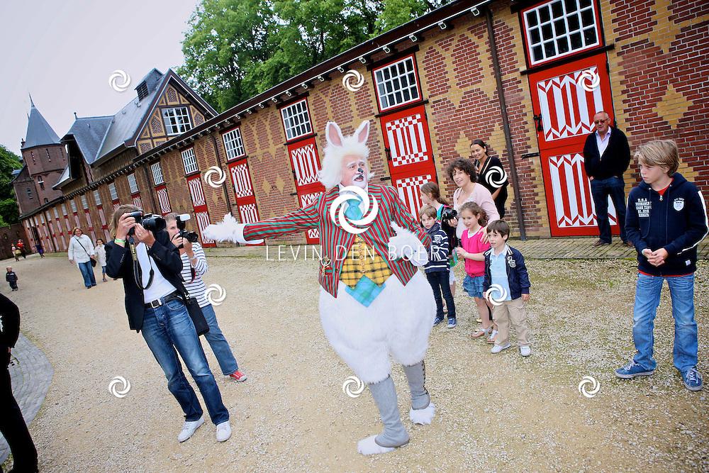 HAARZUILENS - Jacques Vermeire verkleed als het konijn. FOTO LEVIN DEN BOER - PERSFOTO.NU
