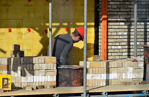 Nederland, Nijmegen, 27-2-2014 Bouwplaats voor huizen in de nieuwe wijk Laauwik, onderdeel van de stadsuitbreiding Waalsprong van Nijmegen in Lent. Er worden hier veel verschillende woningtypen gebouwd, zowel voor sociale huur, koop en vrije sector. Isolatie,isoleren, muurisolatieFoto: Flip Franssen/Hollandse Hoogte
