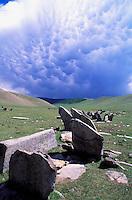 Mongolie, Province de Övörkhangai, Tsara Gollin Ar, Tombeaux carrés, Stèles turcs // Mongolia, Ovorkhangai, Turc cimetery Tsara Gollin Ar