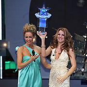 NLD/Hilversum/20080301 - Finale Idols 2008, winnares Nikki met haar Idols trofee