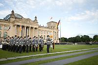 20 JUL 2008, BERLIN/GERMANY:<br /> Feierliches Geloebnis von Rekruten des Wachbataillons der Bundeswehr auf dem Platz der Republik vor dem Reichstagsgebaeude<br /> KEYWORDS: Soldat, Soldaten, Deutscher Bundestag, Oeffentliches Geloebnis, Öffentliches Gelöbnis, Vereidigung, Rekrutengelöbnis, Reichstag, Reichstagsgebäude<br /> IMAGE: 20080720-01-019