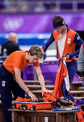 14-02-2018 KOR: Olympic Games day 6, PyeongChang<br /> 10.000 meter schaatsen / Jorrit Bergsma pakt alvast zijn koffer en Sven Kramer mag de baan op