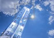 Thermometer vor blauem Himmel
