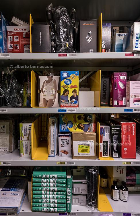 Piacenza, Castel San Giovanni, Amazon logistic center, i prodotti negli scaffali sono volutamente diversi per tipologia per non essere confusi durante la fase di ricerca. ogni prodotto è naturalmente tracciato dal sistema elettronico