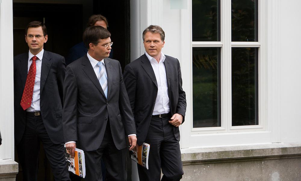 Nederland. Den Haag, 14juni 2007.<br /> Het kabinet presenteert het Beleidsprogramma bij het Catshuis in Den Haag. In het Beleidsprogramma worden de ambities uit het Coalitieakkoord van CDA, PvdA en ChristenUnie concreet uitgewerkt. Daarbij is ook gebruik gemaakt van de ideeen die de bewindslieden de afgelopen maanden hebben opgedaan tijdens de dialoog &ldquo;Samen werken aan Nederland&rdquo;. vlnr Andre Rouvoet ,Jan Peter Balkenende en Wouter Bos verlaten het Catshuis en lopen naar de tent om de persconferentie te houden.<br /> <br /> Foto Martijn Beekman <br /> NIET VOOR TROUW, AD, TELEGRAAF, NRC EN HET PAROOL