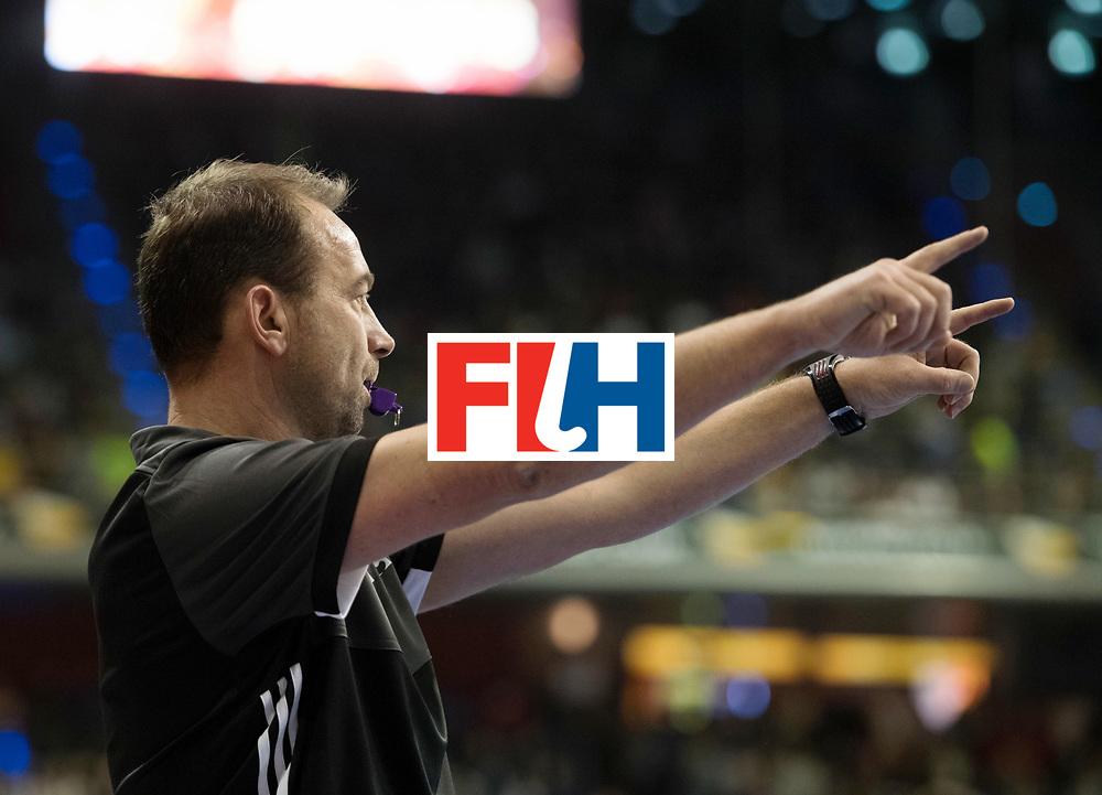 BERLIN - Indoor Hockey World Cup<br /> Final: Germany - Austria<br /> foto: Umpire Lee Barron<br /> WORLDSPORTPICS COPYRIGHT FRANK UIJLENBROEK