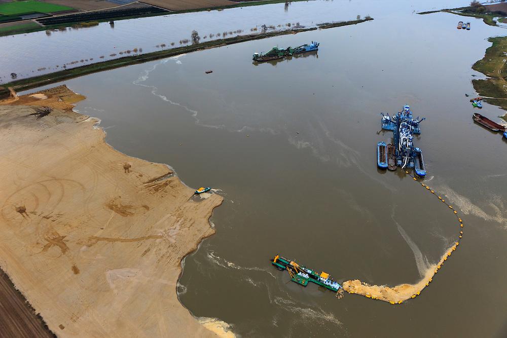 Nederland, Limburg, Gemeente Venlo, 15-11-2010; Lomm (voormalige gemeente Arcen en Velden). Zandzuiger aan het werk aan de hoogwatergeul  De geul zal in de komende jaren verder uitgegraven worden in het kader van bescherming tegen hoogwater. Door de geul ontstaan lagere waterstanden zowel ter plaatse als ook stroomopwaarts. In het gebied ontstaat verder nieuwe 'natte' natuur.  Lomm, flood channel in the making in the context of flood protection. The channel will be further excavated in the coming years, resulting in lower water levels (on site and upstream). The area will become new 'wet' nature. .luchtfoto (toeslag), aerial photo (additional fee required).foto/photo Siebe Swart