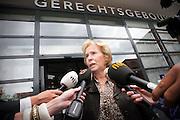 Nina Storms staat na afloop van het kort geding de pers ter woord. Eric Smit en Nina Storms zijn bij de rechtbank in Utrecht  voor een kort geding over de royalties die Smit krijgt voor zijn boek over Storms. De twee zijn verwikkeld in een langdurig conflict. Storms is het niet eens met de biografie die Smit heeft geschreven en doet er alles aan om het de journalist zo moeilijk mogelijk te maken.