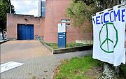 Nederland, the Netherlands, Arnhem, 15-9-2015In de Penitentiaire inrichting, koepelgevangenis,  de Berg wordt een noodopvang om vluchtelingen op te vangen ingericht. Veelal afkomstig uit Syrië of Eritrea. Buurtbewoners hebben een welkomstspandoek opgehangen.  In deze noodopvang worden ook gezinnen geplaatst en zal het niet alleenl gaan om alleenstaande mannen. Vanavond nemen zij hier hun intrek. In Holland the growing number of refugees forces the government to house them temporary and improvised in unused or empty buildings and halls. Often these are rented from private owners or real-estate firms. In this case an empty, unused prison. FOTO: FLIP FRANSSEN