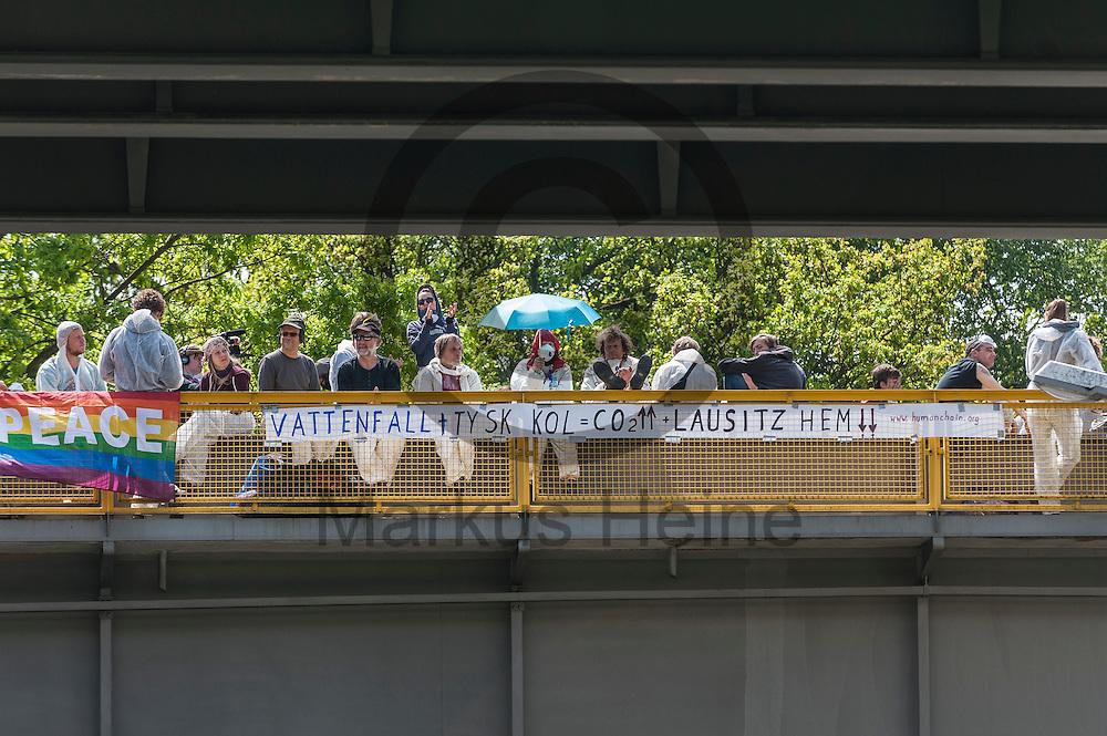Aktivisten stehen am 14.05.2016 in Schwarze Pumpe, Deutschland auf einer blockierten Bahnbr&uuml;cke. Mehrere Tausend Aktivisten blockieren den Braunkohlentagebau und die Zufahrtswege zum Kohlekraftwerk Schwarze Pumpe um gegen die Nutzung von fossilen Brennstoffen zu protestieren. Foto: Markus Heine / heineimaging<br /> <br /> <br /> <br /> <br /> ------------------------------<br /> <br /> Ver&ouml;ffentlichung nur mit Fotografennennung, sowie gegen Honorar und Belegexemplar.<br /> <br /> Bankverbindung:<br /> IBAN: DE65660908000004437497<br /> BIC CODE: GENODE61BBB<br /> Badische Beamten Bank Karlsruhe<br /> <br /> USt-IdNr: DE291853306<br /> <br /> Please note:<br /> All rights reserved! Don't publish without copyright!<br /> <br /> Stand: 05.2016<br /> <br /> ------------------------------ am 14.05.2016 bei Spremberg, Deutschland. Mehrere Tausend Aktivisten blockieren den Braunkohlentagebau und die Zufahrtswege zum Kohlekraftwerk Schwarze Pumpe um gegen die Nutzung von fossilen Brennstoffen zu protestieren Foto: Markus Heine / heineimaging<br /> <br /> <br /> <br /> <br /> ------------------------------<br /> <br /> Ver&ouml;ffentlichung nur mit Fotografennennung, sowie gegen Honorar und Belegexemplar.<br /> <br /> Bankverbindung:<br /> IBAN: DE65660908000004437497<br /> BIC CODE: GENODE61BBB<br /> Badische Beamten Bank Karlsruhe<br /> <br /> USt-IdNr: DE291853306<br /> <br /> Please note:<br /> All rights reserved! Don't publish without copyright!<br /> <br /> Stand: 05.2016<br /> <br /> ------------------------------