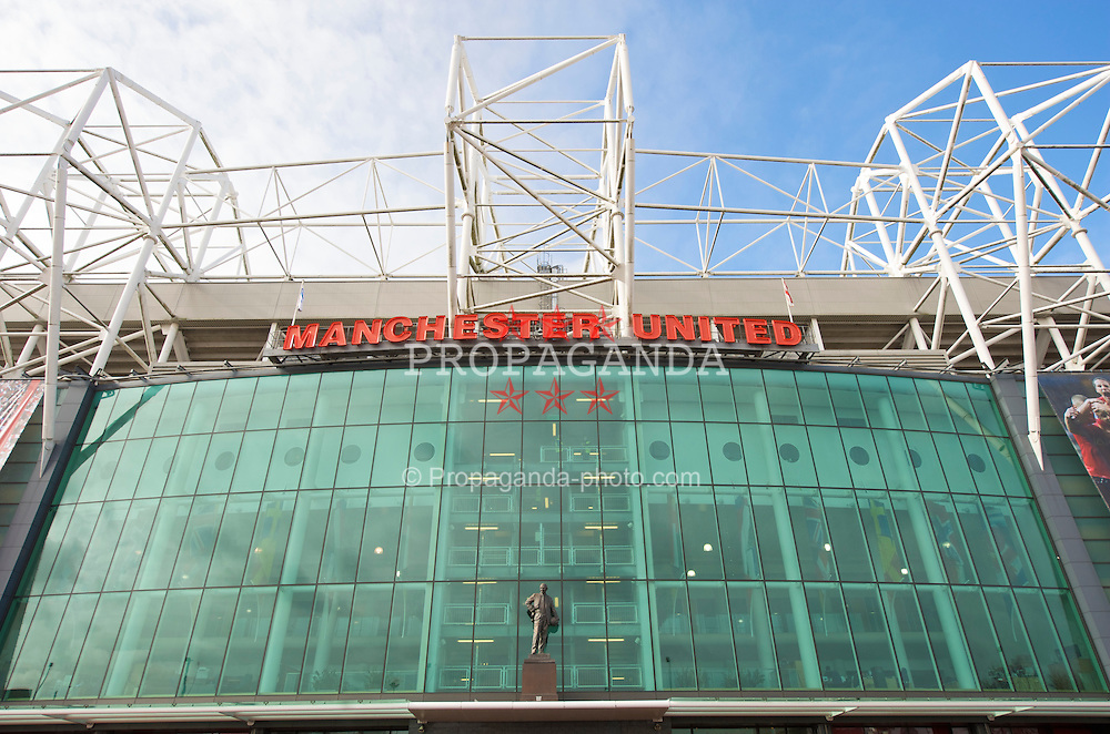 MANCHESTER, ENGLAND - Saturday, March 14, 2009: A statue of former Manchester United manager and Liverpool captain Matt Busby oustide Old Trafford stadium. (Photo by David Rawcliffe/Propaganda)