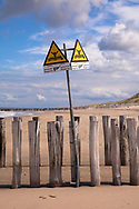 signs warns swimmers of groynes in the water, the beach in Domburg on the peninsula Walcheren, Zeeland, Netherlands.<br /> <br /> Schild warnt Schwimmer vor Buhnen im Wasser, Strand von Domburg auf Walcheren, Zeeland, Niederlande.
