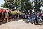 Le clan de l'homme s'avance jusqu'au abord du lieu de cérémonie mais reste à une distance raisonnable pour écouter la Parole des représentant du clan de la femme.  - Mariage Kanak  - Tribu de Méhoué, Canala – Nouvelle Calédonie – Septembre 2013