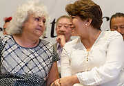 La escritora y la política se saludan durante la presentación de la propuesta de política cultural de la candidata.