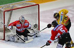 22.03.2019, Albert Schultz Halle, Wien, AUT, EBEL, Vienna Capitals vs HC Orli Znojmo, Viertelfinale, 5. Spiel, im Bild v.l. Teemu Tapio Lassila (HC Orli Znojmo), Mikko Vainonen (HC Orli Znojmo) und Ali Wukovits (spusu Vienna Capitals) // during the Erste Bank Icehockey 5th quarterfinal match between Vienna Capitals and HC Orli Znojmo at the Albert Schultz Halle in Wien, Austria on 2019/03/22. EXPA Pictures © 2019, PhotoCredit: EXPA/ Thomas Haumer