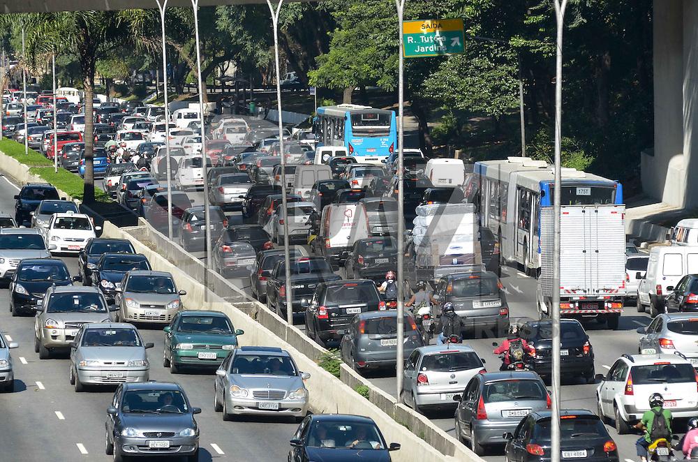 SAO PAULO, 06 DE MARCO DE 2013 - TRANSITO SP - Transito intenso na Avenida 23 de Maio, regiao sul da cidade de Sao Paulo na manha desta quarta feira, 06. (FOTO: ALEXANDRE MOREIRA / BRAZIL PHOTO PRESS)