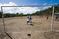 FUSSBALL    FEATURE    SUEDSEE    21.07.2008 Kinder spielen Fussball, waehrend der Schulmeisterschaft auf einem Spielfeld ausserhalb von Port Vila, der Hauptstadt von Vanuatu. Jedes Jahr im Juli finden hier Schulmeisterschaften statt, aehnlich der Bundesjugendspiele in Deutschland.
