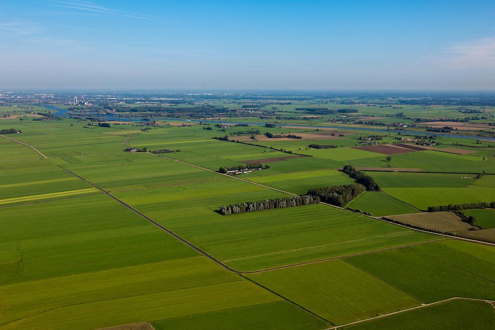 Nederland, Overijssel, Gemeente Heerde, 03-10-2010; landelijk gebied  ten westen van de IJssel (rechts), voorbestemd voor de aanleg van de toekomstige hoogwatergeul Veessen-Wapenveld. Zicht op het midden van de toekomstige geul, links  van de weg , de twee boerderijen worden 'hoogwatervrij'. De geul wordt niet gegraven maar ontstaat door twee dijken aan te leggen..Rural area, west of IJssel (under and right) predestined to house the future flood gully Veessen-Wapenveld. The channel will not be excavated but instead two parallel dikes will be constructed..luchtfoto (toeslag), aerial photo (additional fee required).foto/photo Siebe Swart