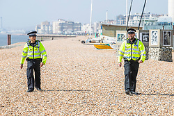 © Licensed to London News Pictures.09/04/2020. Brighton, UK. Brighton and Hove police patrol the beach and advise members of the public on the Coronavirus lockdown laws. Photo credit: Hugo Michiels/LNP