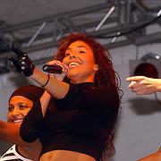 150 Jaar Huizer haven, optreden Hind Laroussi, rechts zus Mouna