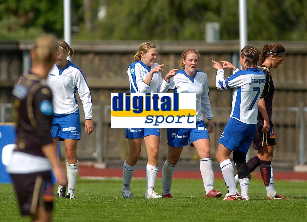 Ingvild Isaksen, Kolbotn, har scoret 1-0 og gratuleres av Trine Rønning (7) og Isabell Herlovsen.  Toppserien 2007: Kolbotn - Asker 2-0. 30. juni 2007. (Foto: Peter Tubaas/Digitalsport).