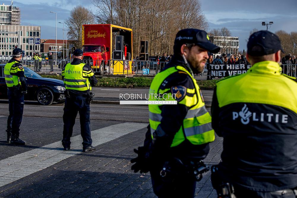 ROTTERDAM - Bezoekers van een sinterklaasfeest dat wordt gehouden in Ahoy lopen langs een protest van Kick Out Zwarte Piet.  Actievoerders Kick Out Zwarte Piet met protestborden bij de Ahoy waar een sinterklaasfeest dat wordt gehouden.  extreem veel politie op de been bij ahoy copyright robin utrecht