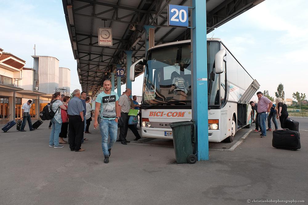 Busbahnhof in Pristina. Wegen der hohen Arbeitslosigkeit versuchen immer noch jedes Jahr Tausende von Kosovaren im Ausland einen Job zu finden - viele gelangen per Autobus in ihr Zielland.