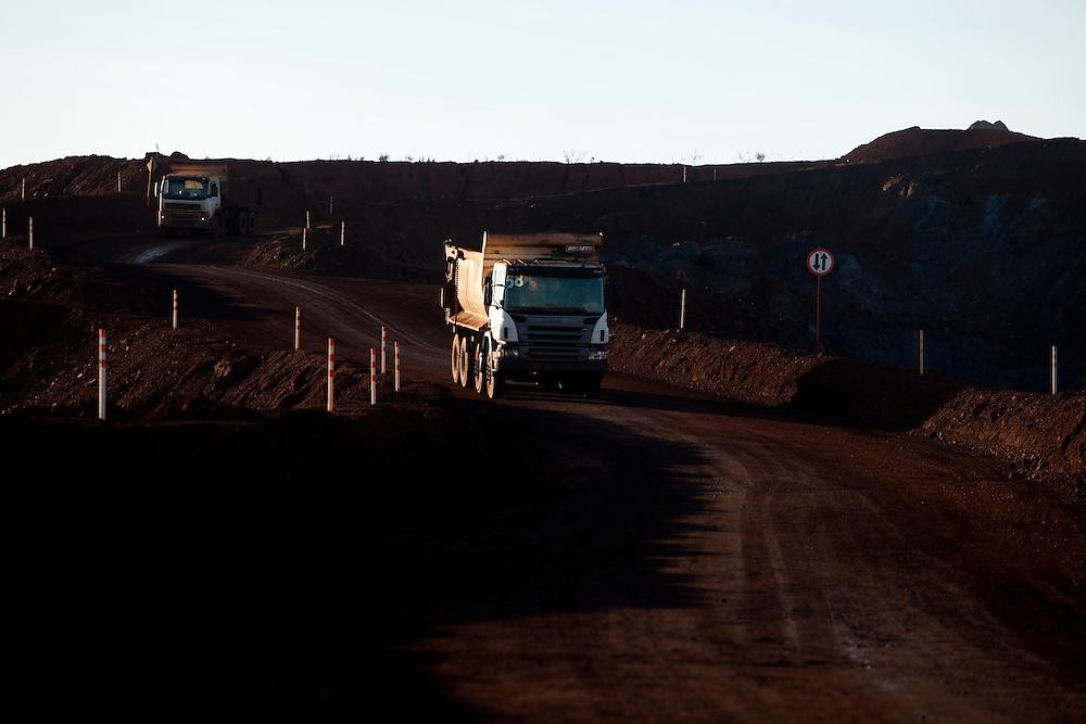 Igarape_MG, Brasil...Minas Ipe e  Tico Tico em Igarape, Minas Gerais...Ipe and Tico Tico mining in Igarape, Minas Gerais...Foto: LEO DRUMOND / NITRO