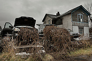 Braddock, Pennsylavania - Macchine ababndonate fuori dalle abitazione a Braddock in Pennsylvania. Abandoned cars are piled in the outskirts of the town of Braddock in Pennsylvania.