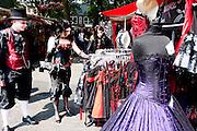 Goths kijken naar de kleding op de markt. In Utrecht komen goths uit heel Europa bij elkaar voor het jaarlijkse festival Summer Darkness. Tijdens het driedaags festijn zijn er onder andere optredens van bands, een markt en een modeshow. Het is ook een kwestie van zien en gezien worden.<br /> <br /> Goths are looking at clothes at Summer Darkness market. During the festival goths from all over Europe are coming to Utrecht to meet and enjoy music, a market, a fashion show and more.