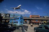 Hong Kong. planes landing on Kai tak airport in the city CENTER over the buildings .     / // / Des avions au ras des buildings. Avion atterrissant en plein milieu de la ville sur L'ANCIEN aeroport  DE Kai Tak - QUARTIER MONGKOK - / Dans la ville de Hong-Kong surpeuplee, l'avion est le principal moyen d'accès à la ville. La seule piste d'atterrissage est en pleine ville        / R82/25    L1074  /  R00082  /  p0006066
