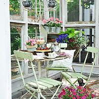 Vintage garden: Dining area inside glass shed