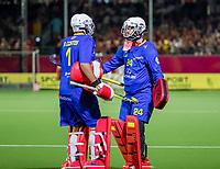 ANTWERPEN - keeperswissel, goalkeeper Francisco Cortes (Esp) en goalkeeper Mario Garin (Esp)   tijdens finale mannen  Belgie-Spanje-,  bij het Europees kampioenschap hockey.  COPYRIGHT KOEN SUYK
