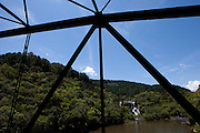 Gramado_RS, Brasil...Cachoeira Passo do Inferno vista da ponte do Passo do Inferno sobre o Rio Santa Cruz em Gramado, Rio Grande do Sul...Passo do Inferno watterfall view from the Passo do Inferno bridge over the Santa Cruz river in Gramado, Rio Grande do Sul...Foto: MARCUS DESIMONI / NITRO