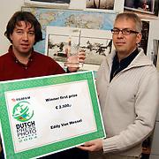 Fotograaf Eddy van Wessel uit Huizen ontvangt de Fujifilm  Dutch Photo Press Award 2003 van dhr. van Brakel
