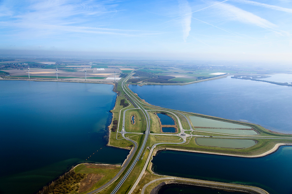 Nederland, Zeeland, Gemeente Schouwen-Duiveland, 01-04-2016; Grevelingendam gezien naar Goeree-Overflakkee. Links van de dam het water van het Grevelingenmeer. Rechts de aanzet van de Philipsdam en het water van het Krammer. De Grevelingendam is onderdeel van de Deltawerken.<br /> The Grevelingendam is part of the Delta Works.<br /> <br /> luchtfoto (toeslag op standard tarieven);<br /> aerial photo (additional fee required);<br /> copyright foto/photo Siebe Swart