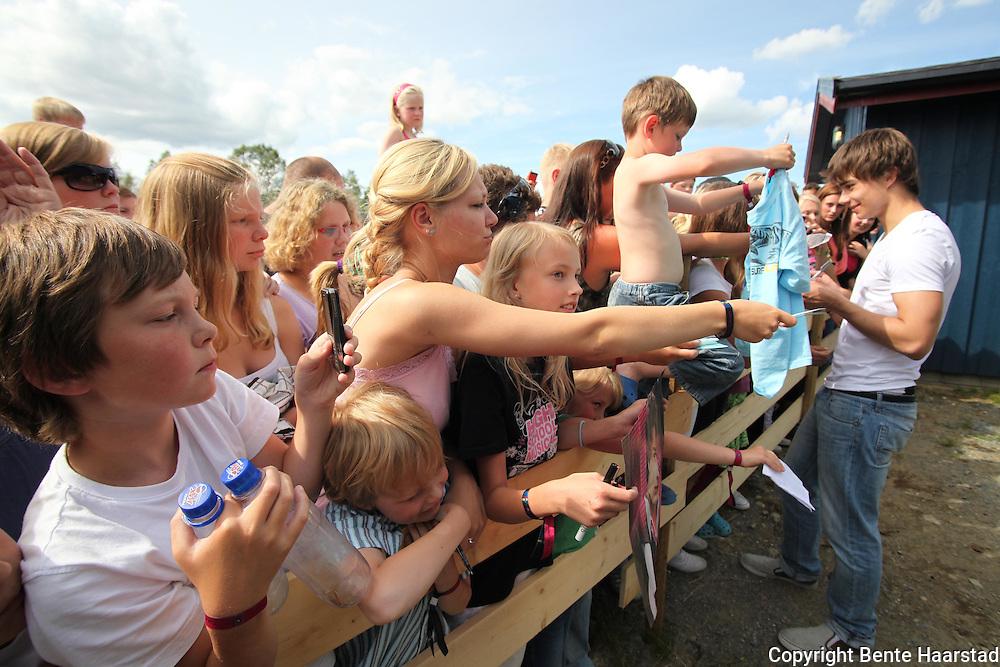 Grand Prix-vinner Alexander Rybak var trekkplaster og den joviale kjendisen leverte en super konsert. Tydalsfestivalen. Foto: Bente Haarstad