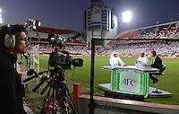 FUSSBALL   INTERNATIONAL    Vereinigte Arabische Emirate - Usbekistan     22.03.2013 TV Studio von Dubai Sports 1 am Rande des Spielfeld im Mohammed Bin Zayed Stadion