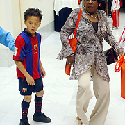 NLD/Amsterdam/20060529 - Boekpresentatie autobiografie van Patrick Kluivert, moeder Lidwina Kluivert voetbalt met kleinzoon Justin