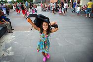 ROTTERDAM - Een meisje zit weer in de schoolbanken na de zomervakantie in groep 4 . ANP COPYRIGHT ROBIN UTRECHT