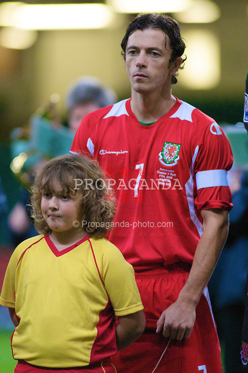 CARDIFF, WALES - Friday, September 5, 2008: Wales' captain Simon Davies and mascot before the opening 2010 FIFA World Cup South Africa Qualifying Group 4 match against Azerbaijan at the Millennium Stadium. (Photo by Gareth Davies/Propaganda)