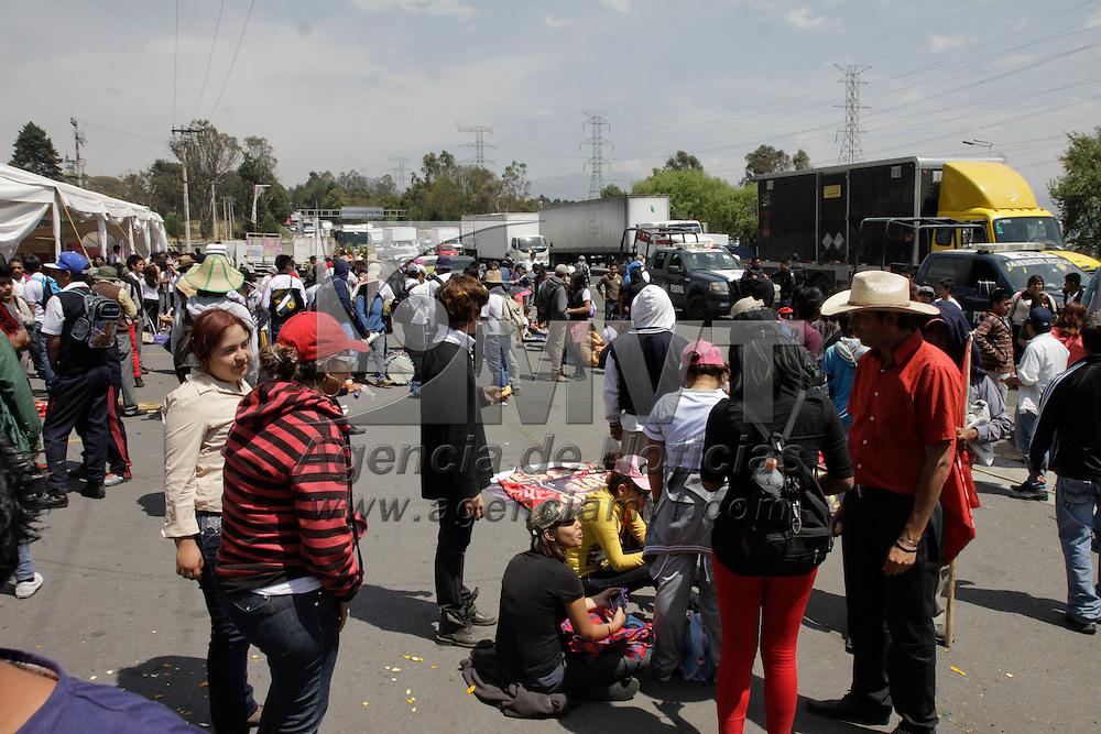 Lerma, México.- Por más de tres horas integrantes de UPREZ marcharon por la carretera México-Toluca, generando un gran caos vial en esta zona,  miles de automovilistas se vieron afectados por esta manifestación.  Agencia MVT / Crisanta Espinosa