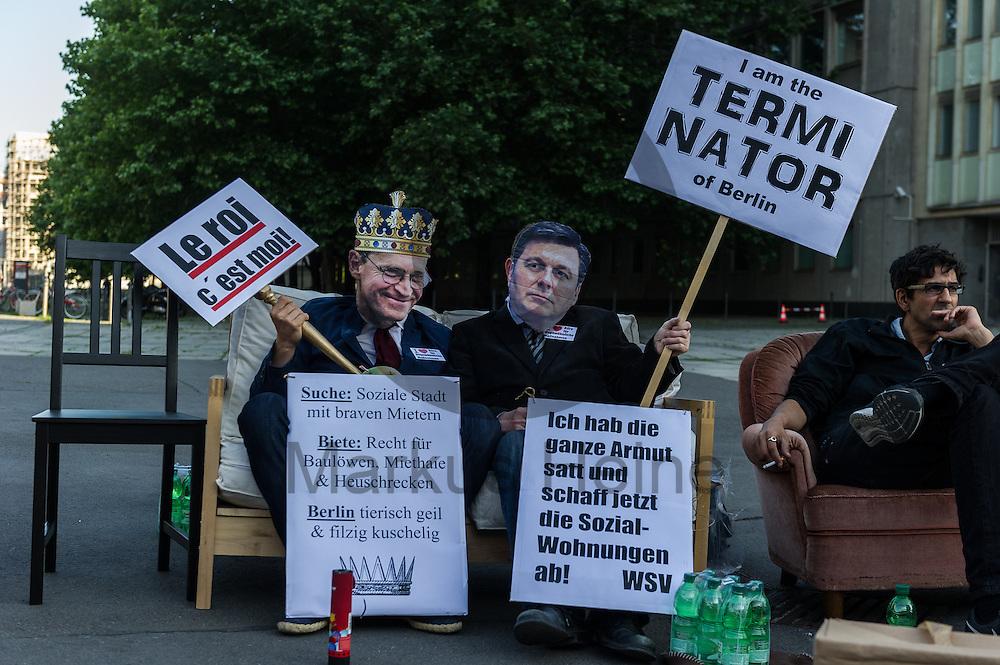 Zwei als Senator Geisel und B&uuml;rgermeister M&uuml;ller verkleidete Demonstranten sitzen w&auml;hrend der Demonstration &quot;Recht auf Stadt statt Schloss&quot; am 08.06.2016 in Berlin, Deutschland auf einem Sofa. Mehrere hundert Menschen demonstrierten unter dem Motto &quot;Recht auf Stadt statt Schloss&quot; gegen den Tag der deutschen Immobilienwirtschaft und gegen den immer weniger werdenden Wohnraum f&uuml;r gering und normalverdienende. Foto: Markus Heine / heineimaging<br /> <br /> ------------------------------<br /> <br /> Ver&ouml;ffentlichung nur mit Fotografennennung, sowie gegen Honorar und Belegexemplar.<br /> <br /> Bankverbindung:<br /> IBAN: DE65660908000004437497<br /> BIC CODE: GENODE61BBB<br /> Badische Beamten Bank Karlsruhe<br /> <br /> USt-IdNr: DE291853306<br /> <br /> Please note:<br /> All rights reserved! Don't publish without copyright!<br /> <br /> Stand: 06.2016<br /> <br /> ------------------------------